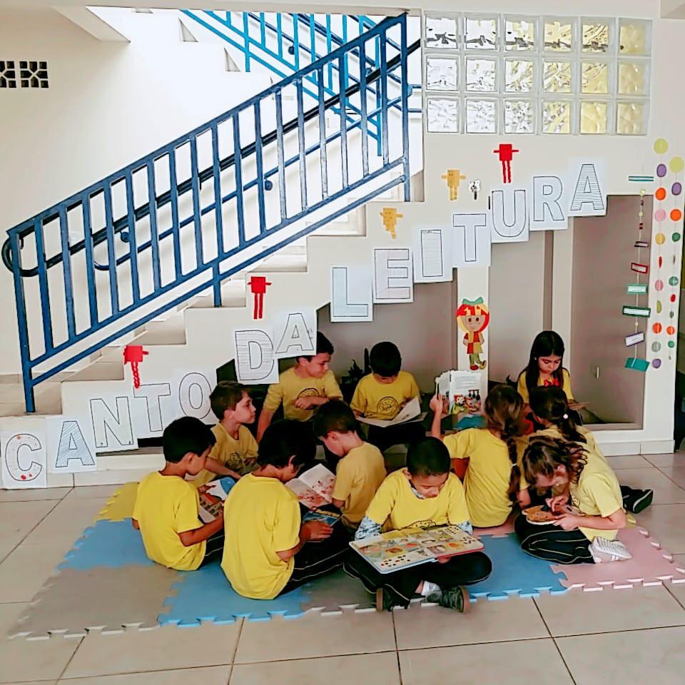 Grupo de crianças lendo livros