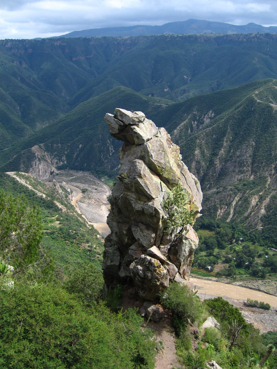 Aspecto de la barranca de Aguacatitla, de las más bellas del país