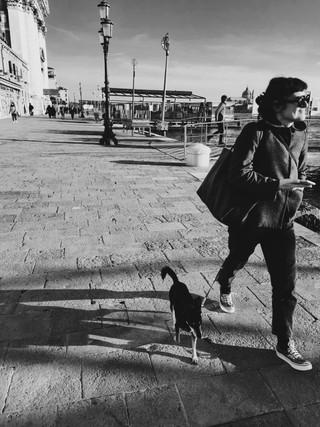Fille_et_chien_Venise_.jpg