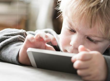 Las pantallas afectan «gravemente» a la inteligencia del menor: esta es «la generación más estúpida»