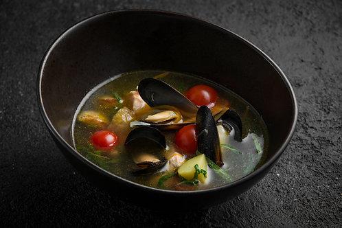 Уха с судаком, лососем и беломорскими мидиями