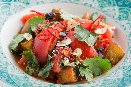 Салат  с хрустящими баклажанами и спелыми томатами