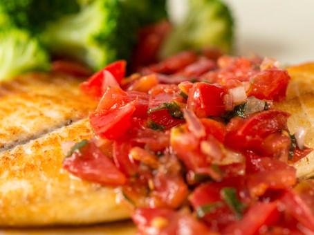 Peixe com tomates picados