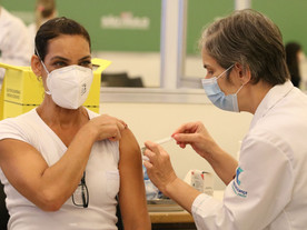Falta de vacinação e interrupção de auxílio derrubam confiança do consumidor
