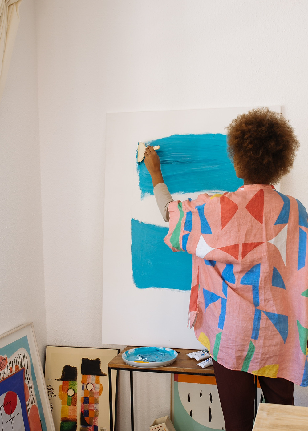 woman painting on a canvas / fully grown