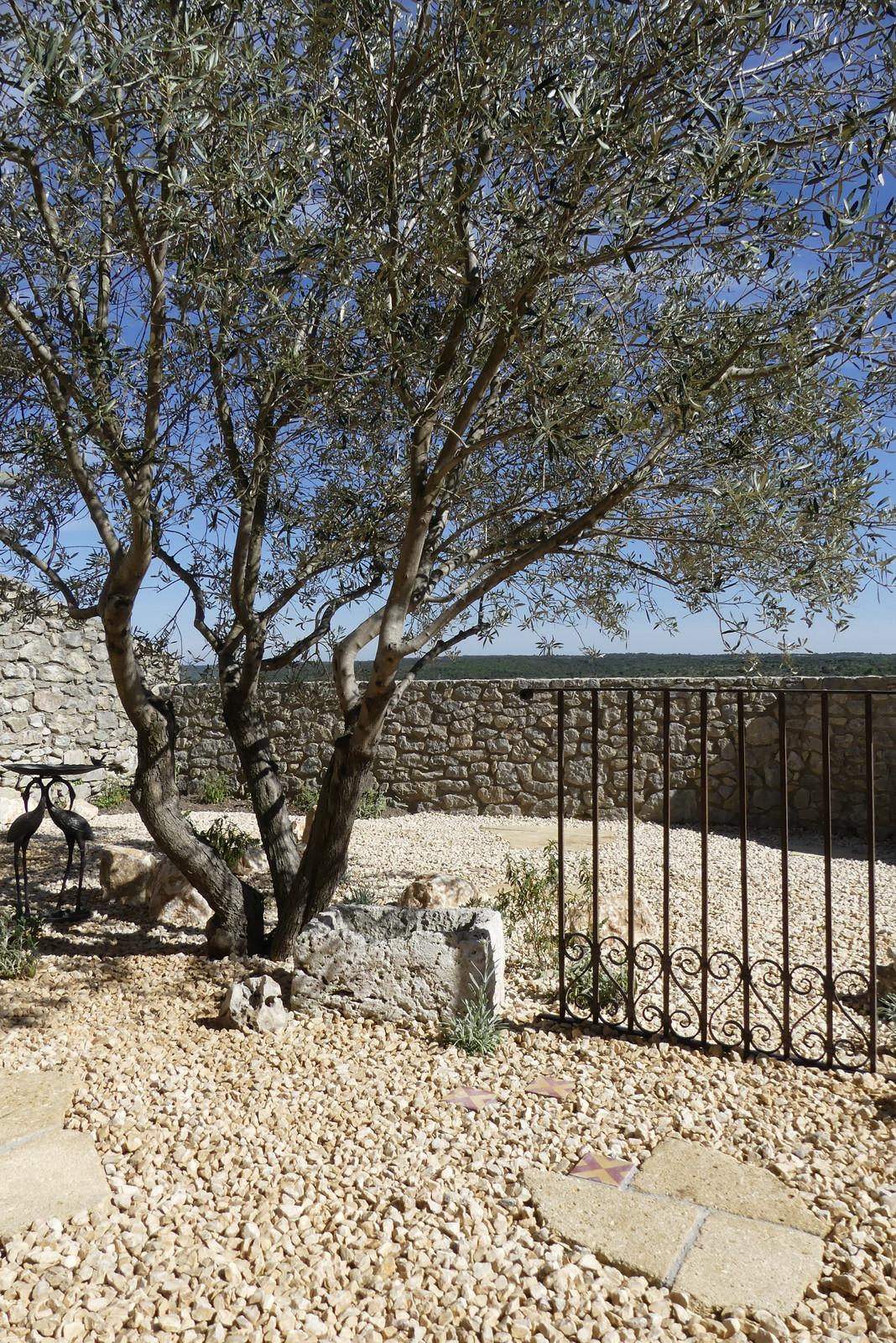 Un jardin de charme en Provence où le fer forgé et les pierres de ...