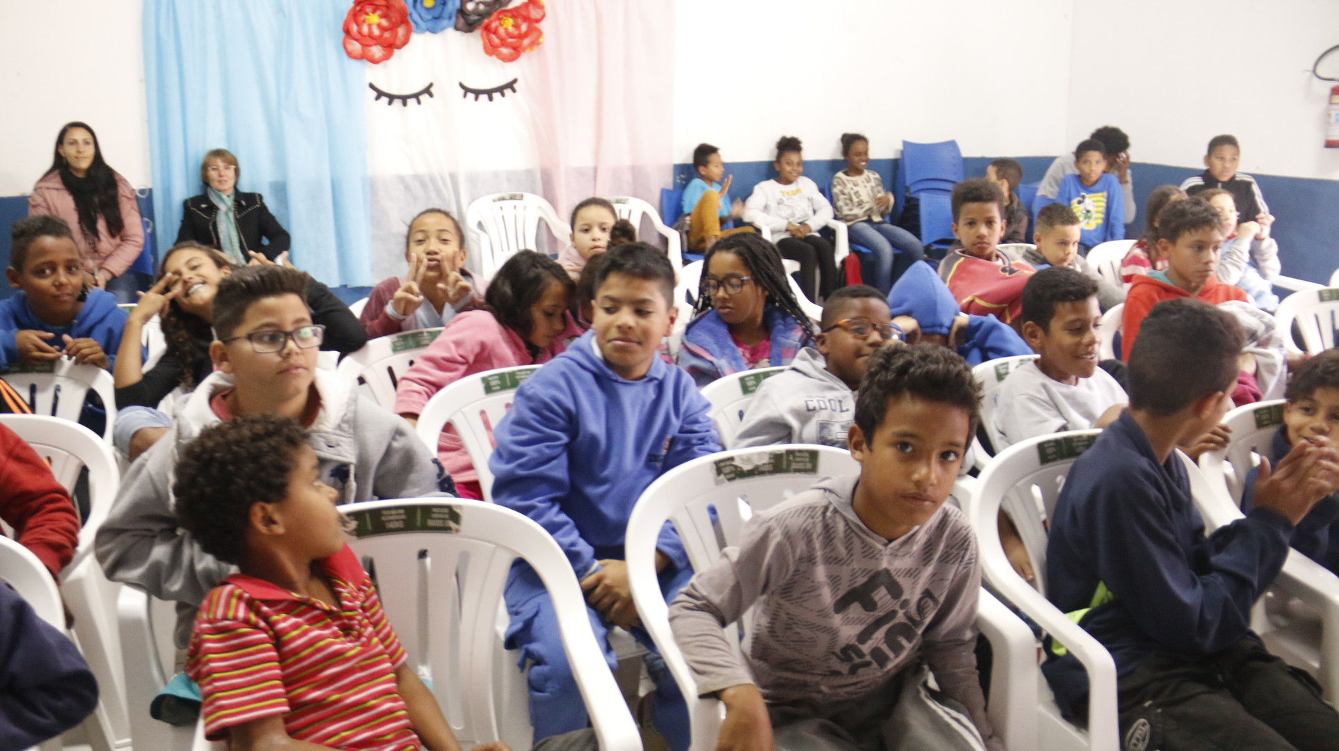 Os alunos do CCA nova união assistindo uma peça de teatro feito pela Unimed.