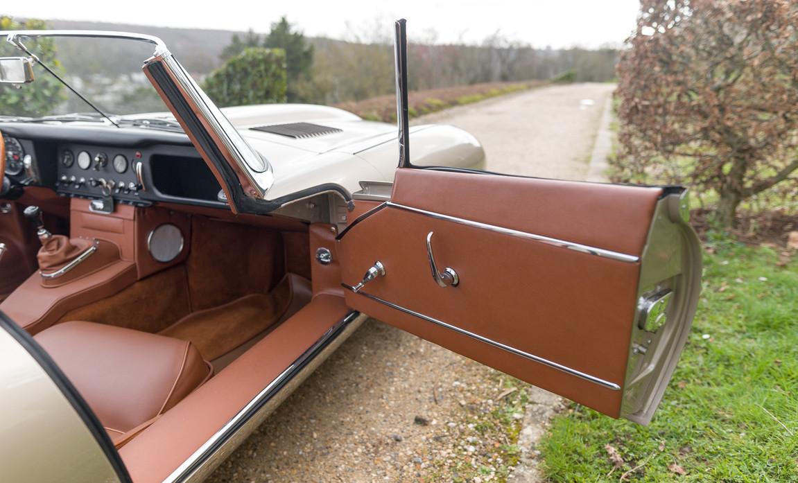 Jaguar Type-E Serie I Cabriolet (68).jpg