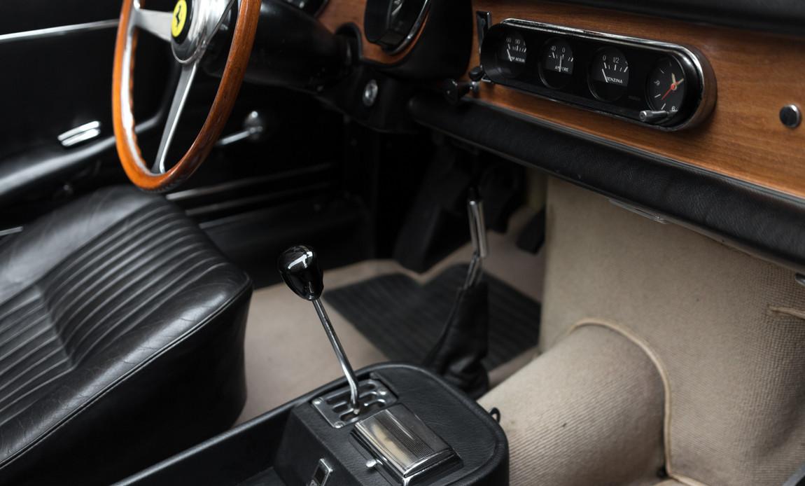Ferrari_275_GTS_intérieur_(14).jpg