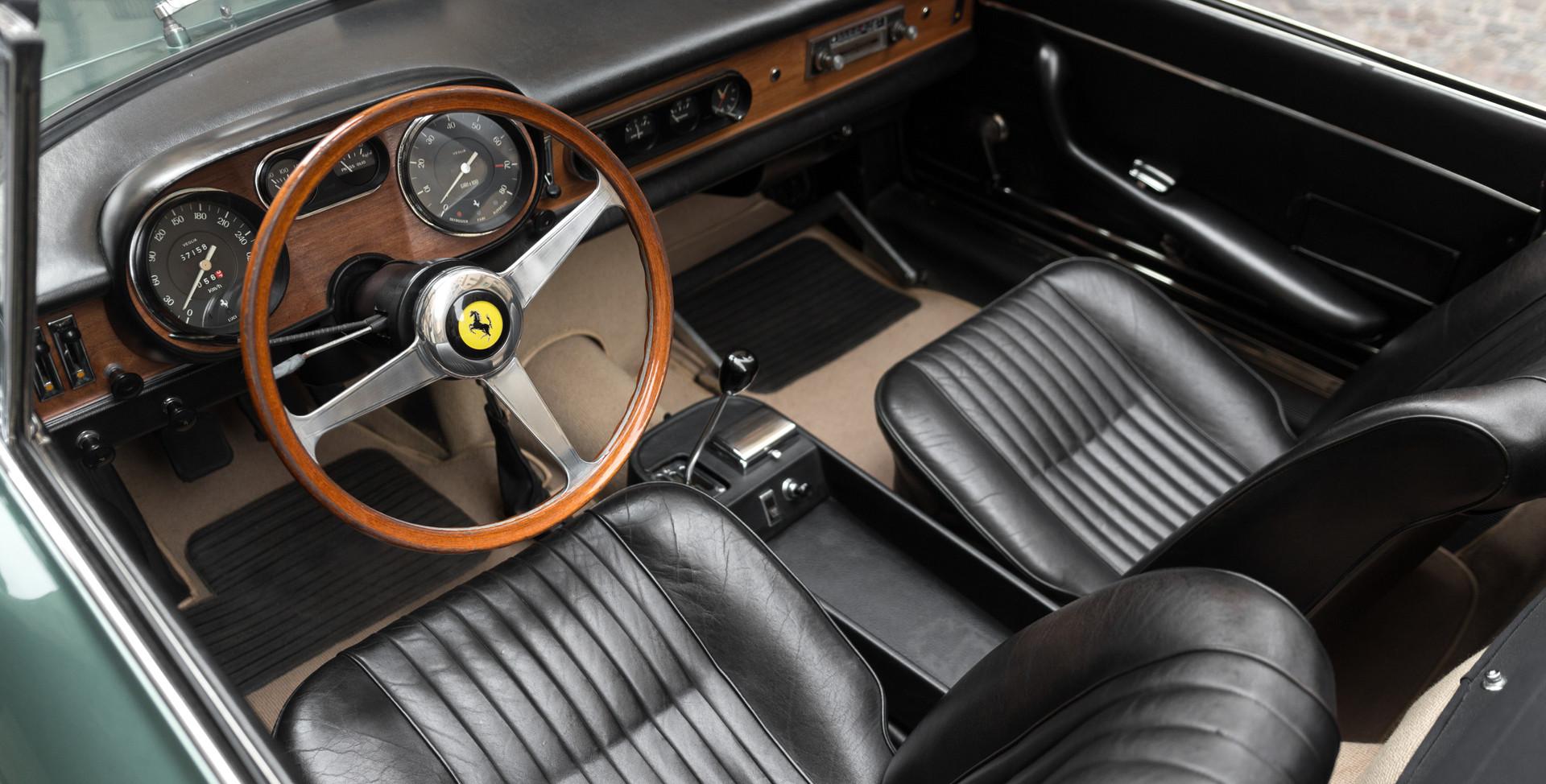 Ferrari_275_GTS_intérieur_(10).jpg