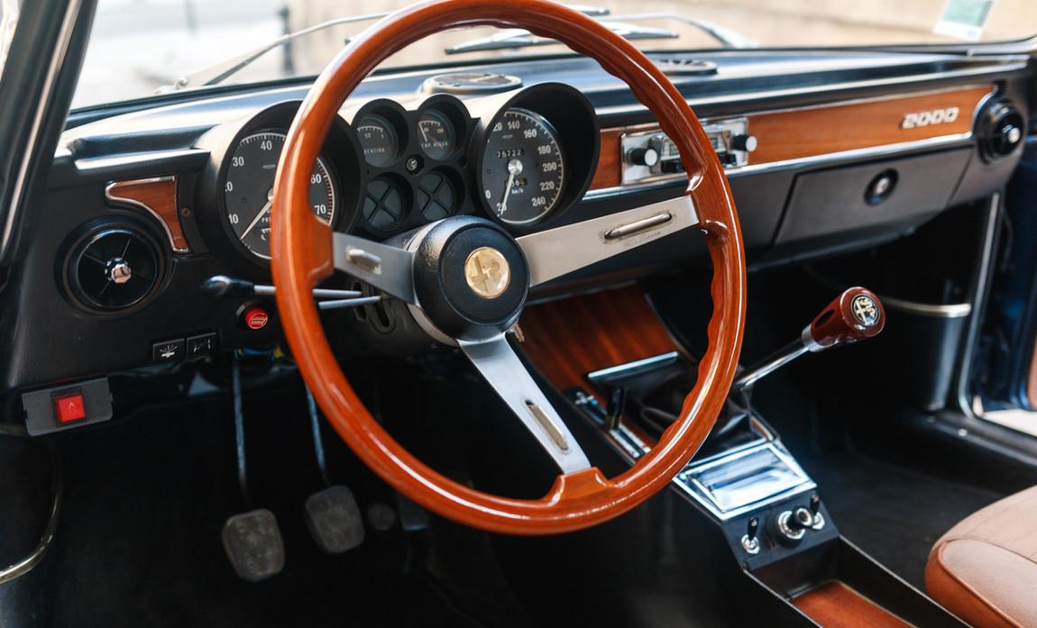 Alfa_Romeo_2000_intérieur_(14)_modifié.j