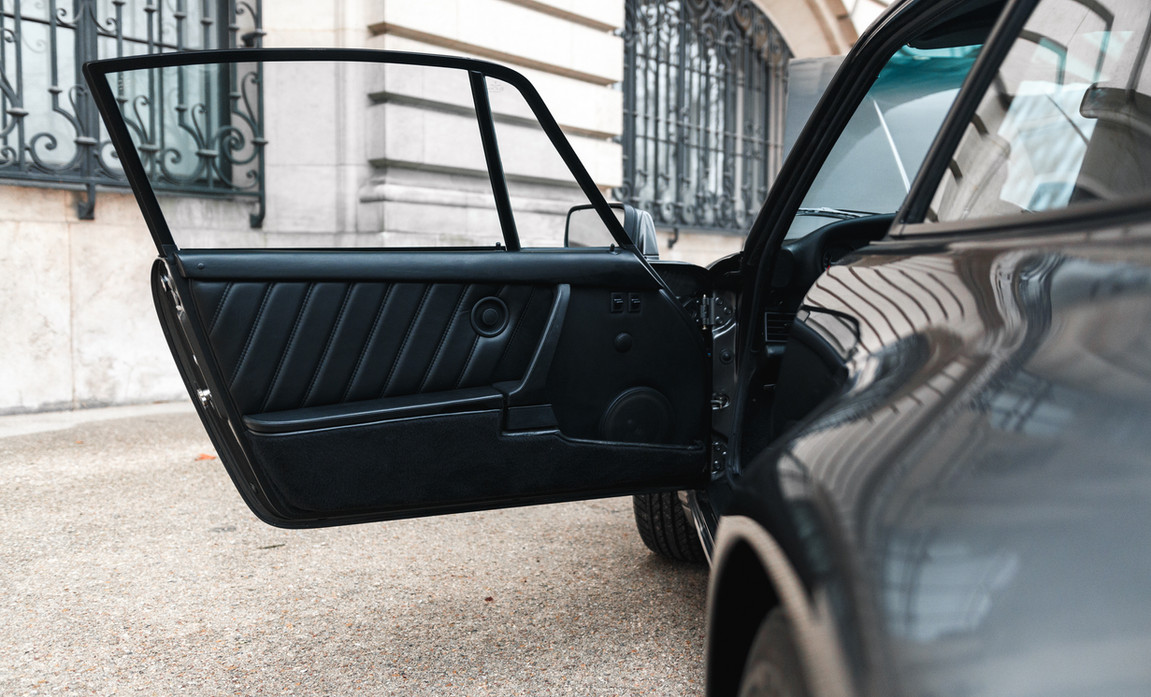 1986 Porsche 930 3.3 Turbo79.jpg