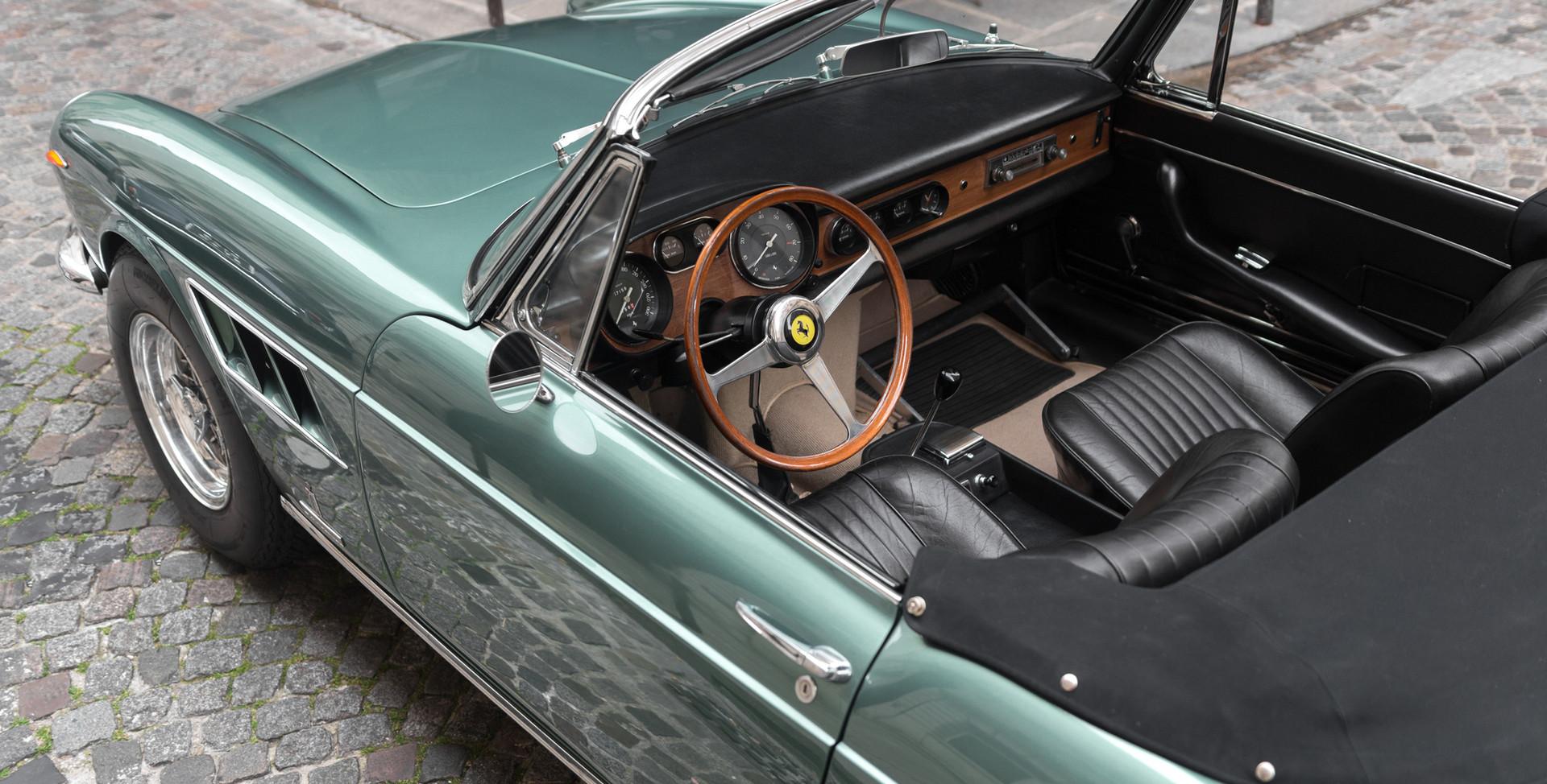 Ferrari_275_GTS_intérieur_(2).jpg