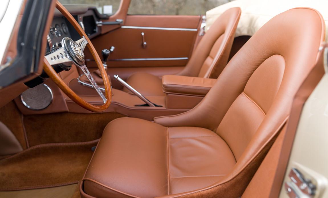 Jaguar Type-E Serie I Cabriolet (45).jpg
