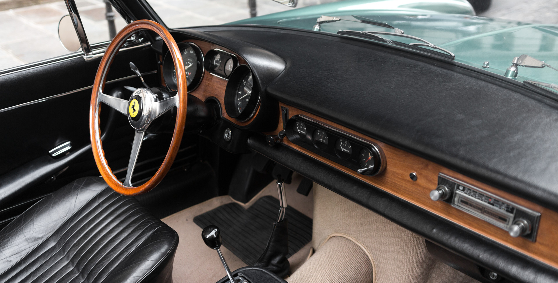 Ferrari_275_GTS_intérieur_(11).jpg