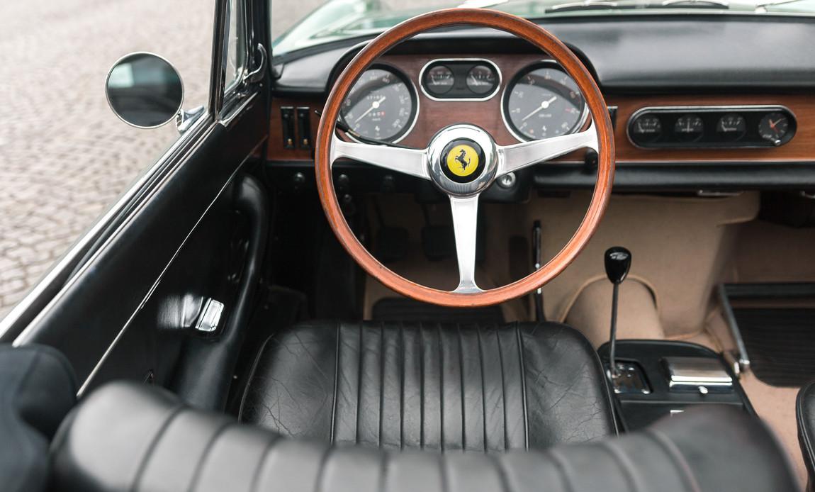 Ferrari_275_GTS_intérieur_(4).jpg