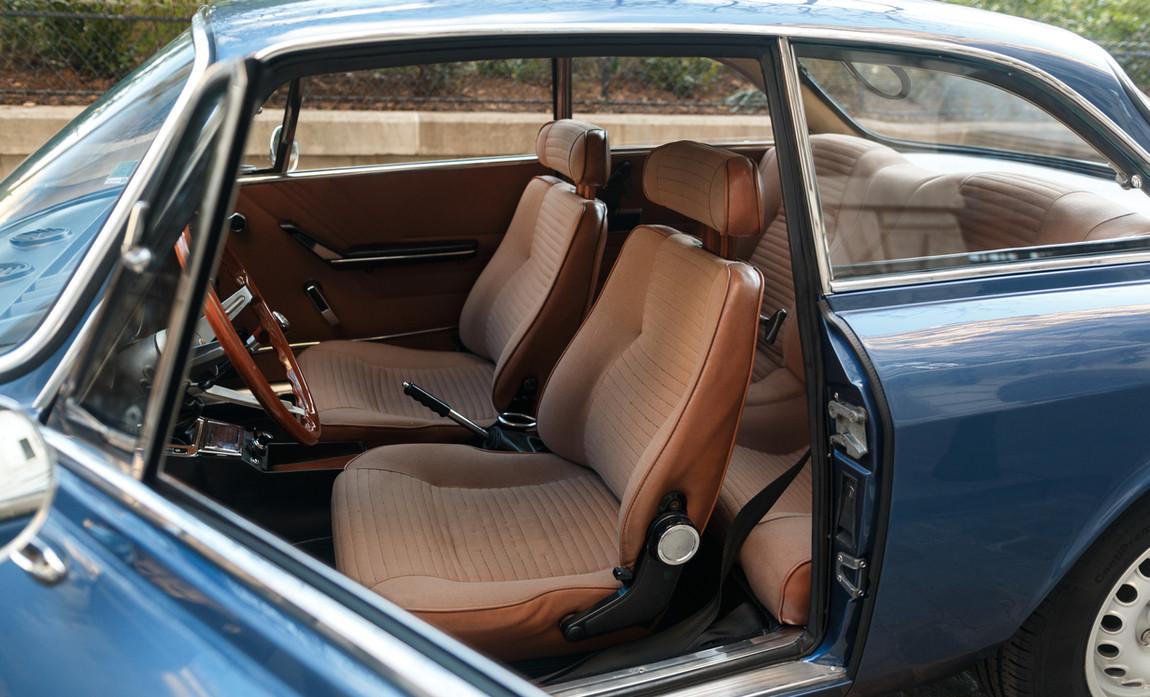 Alfa_Romeo_2000_intérieur_(25).jpg