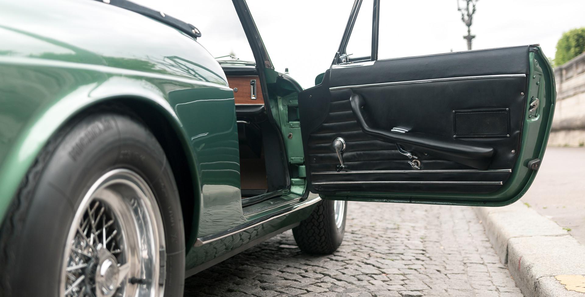 Ferrari_275_GTS_intérieur_(9).jpg