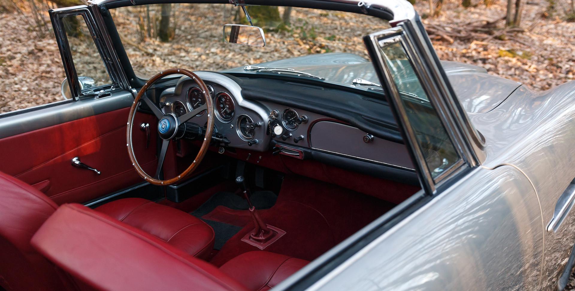 Aston Martin (4).jpg