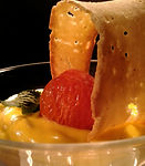 Decorazione con cerchio di pane e pomodorino glassato