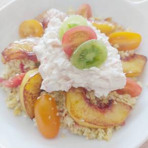 Bloemkoolcouscous met gekarameliseerde perzik, tomaatjes en vegan sea salad