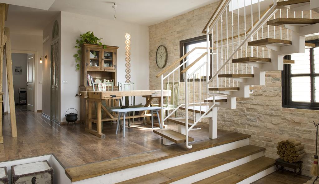 פינת אוכל מדרגות