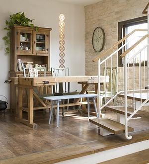 פינת אוכל שולחן נגרים מדרגות שידת כלים משרביה תאורה פרקט עץ ספסל