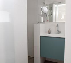 שיפוץ חדר רחצה הורים מקלחת וארון תלו