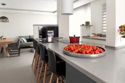 אי באמצע המטבח בין שני עמודים קיימים