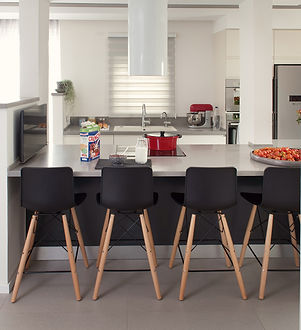 כיסאות בר במטבח לצד הסלון