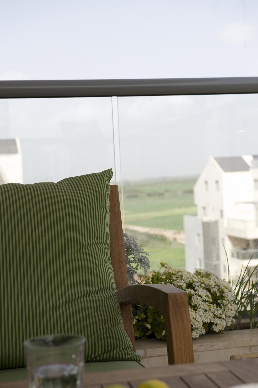 ריהוט גן מרופדים במרפסת