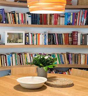 פינת אוכל מדפים ספריה מעץ אהיל תלוי תאורה