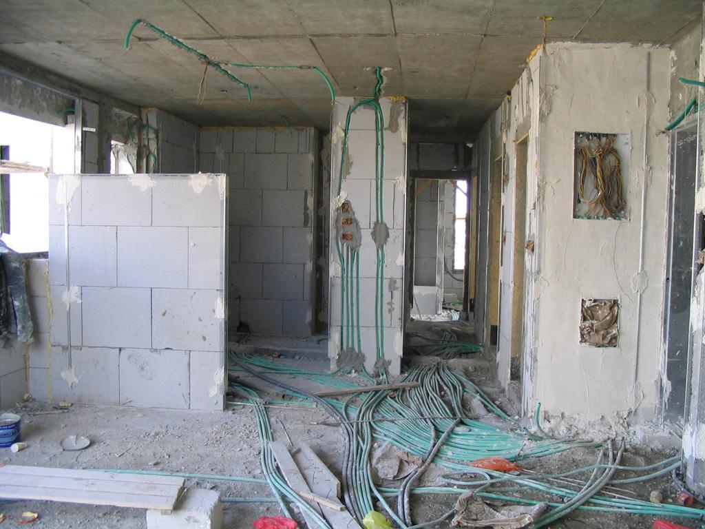 קטן-במהלך הבניה-מבט אל המטבח והמסדרון
