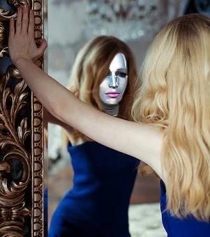 Je pro tebe pohled do zrcadla noční můrou? 9 rad, jak se do sebe okamžitě zamilovat?