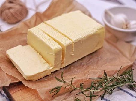 Máslo, margaríny, sýry – kdy ohrožují vaše zdraví a jak to poznat?