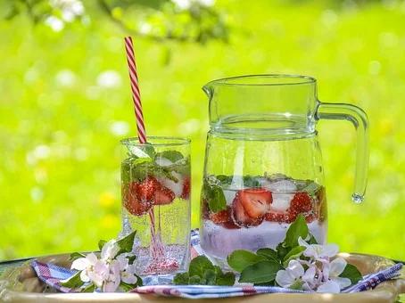 Od dehydratace dětí, dospělých až ke kolapsu a úmrtí. Jak se naučit nenuceně pít.