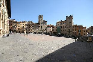 Arezzo_Piazza_Grande.jpg
