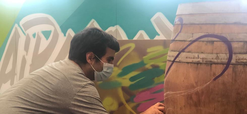 Décor graff en live sur fût Cave de Clai