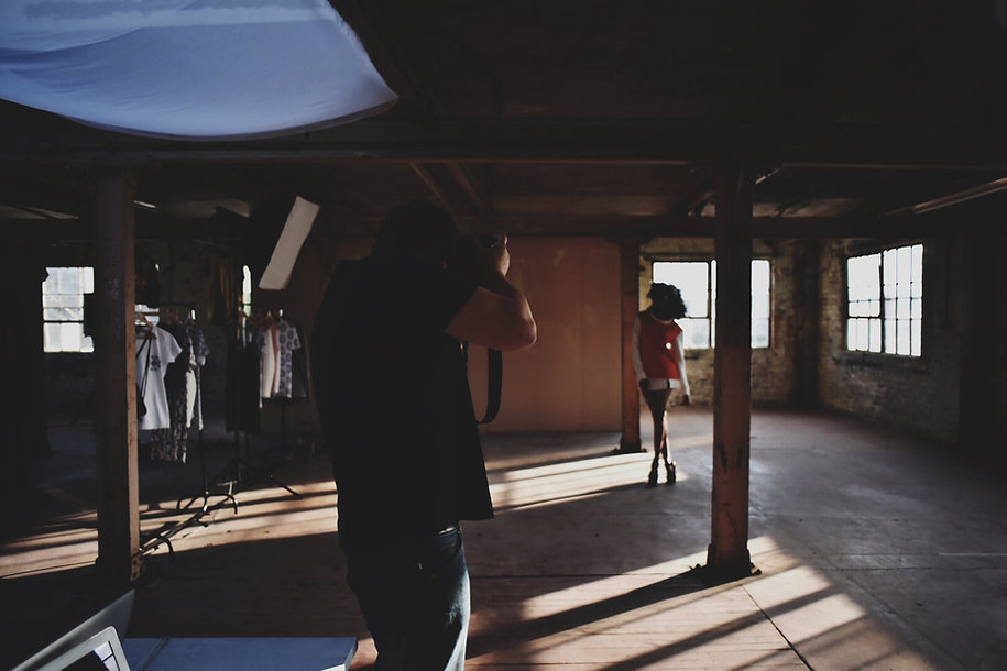 Fotograf und Model im Studio