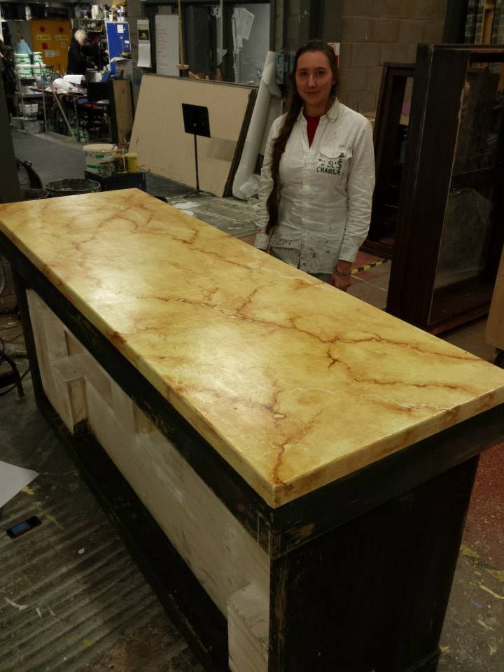 Gemalter Marmor und Holzeffekt
