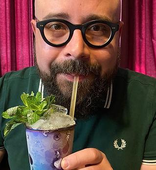 Michael Hofauer trinkt einen Cocktail