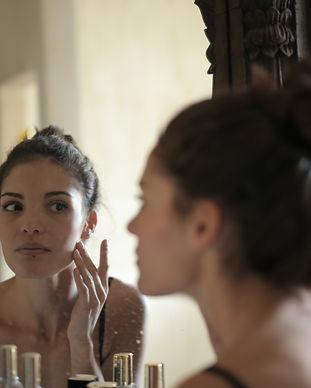 meisje in spiegel bestudeert huid.jpg