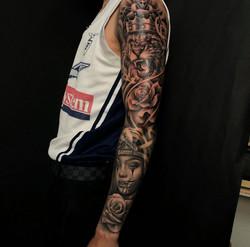 bras complet réaliste à toulouse tatoueur réalisme lion portrait rose tatoueur confirmé