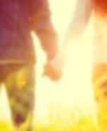 De la mano y en el sol