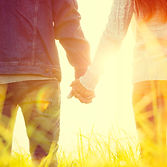 Tenir par la main dans le soleil