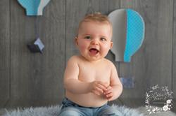 bebe tient assis