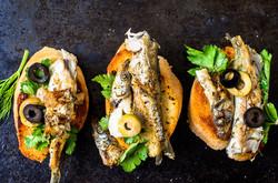 Ölsardinen auf Kräuterbaguette