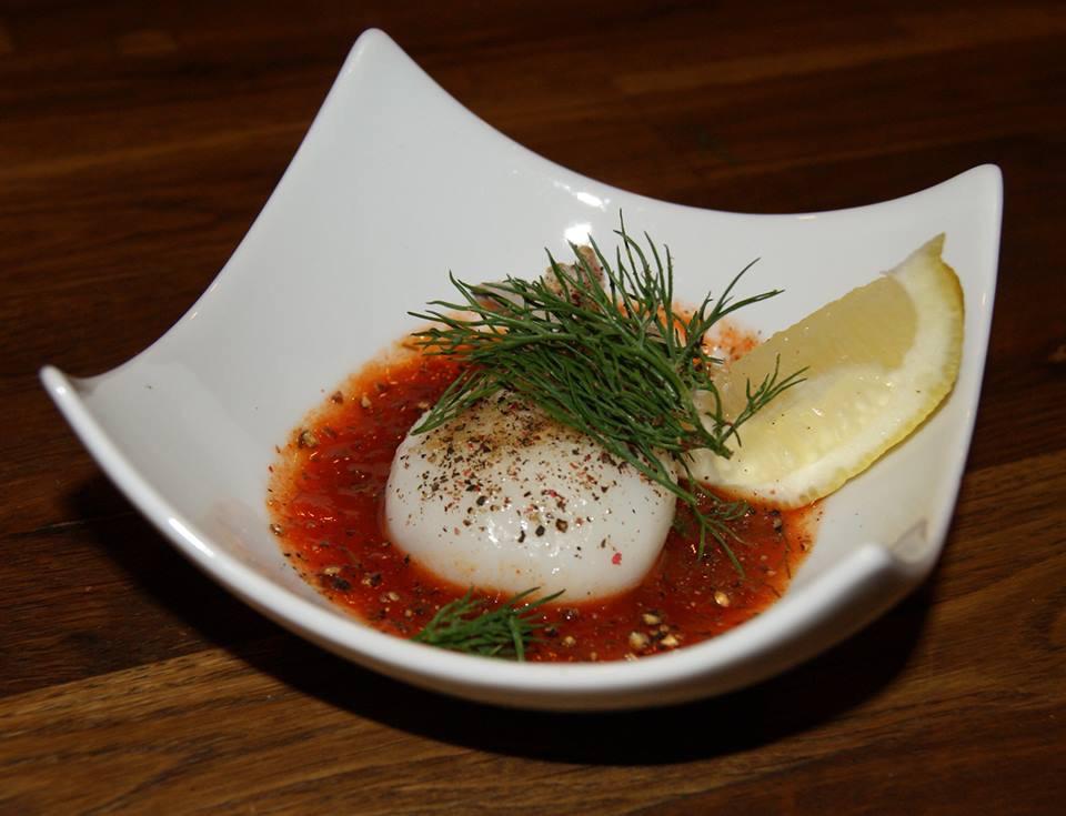 Mini-Sepia auf salsa rojo