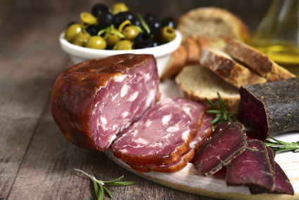 Luftgetrocknete Chorizo mit Oliven