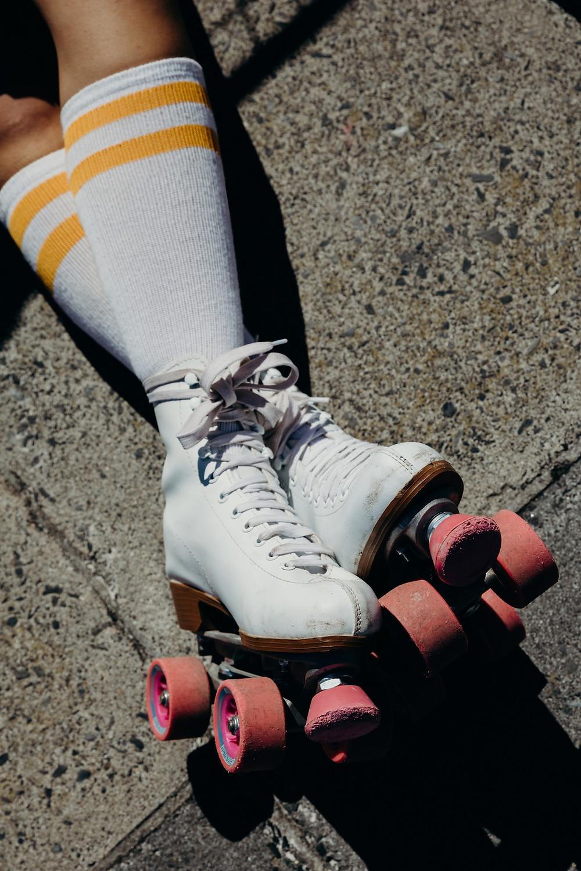 Rolschaatsen met roze wielen